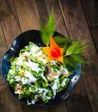 菠菜在木背景的沙拉食谱 库存图片