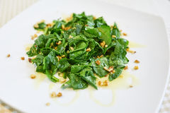 菠菜沙拉用核桃 库存图片