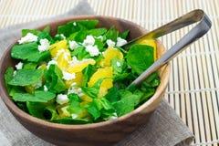 菠菜沙拉用桔子,希腊白软干酪,穿戴了与橄榄油, 免版税库存图片