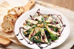 菠菜沙拉用梨、核桃和青纹干酪 免版税库存照片
