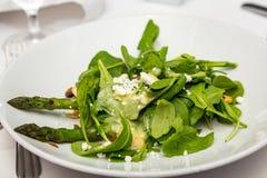 菠菜沙拉用芦笋 库存图片