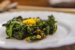 菠菜沙拉 新鲜的菠菜沙拉用蛋辣椒 免版税库存图片