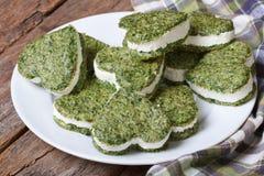 从菠菜的开胃菜心形的曲奇饼用乳脂干酪 库存图片