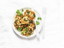 菠菜绿皮胡瓜油炸馅饼-可口素食快餐,开胃菜,在轻的背景的早餐 库存图片