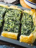 菠菜美味乳蛋饼用乳脂干酪 免版税库存照片