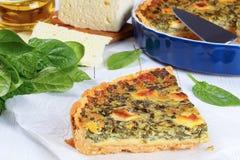 菠菜,在切片的乳酪乳蛋饼佛罗伦丁的裁减 免版税库存照片