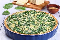 菠菜,希脂乳,乳清干酪在盘的春天馅饼 免版税库存照片