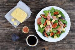 菠菜,无花果,切了火腿,乳酪沙拉 免版税图库摄影