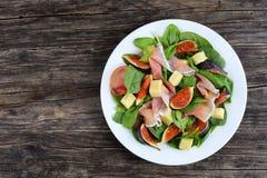 菠菜,无花果,熏火腿,乳酪沙拉  免版税库存照片