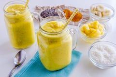 菠萝、香蕉、椰子、姜黄和Chia种子圆滑的人 库存照片