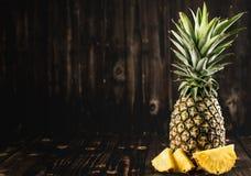 菠萝一黑木头,葡萄酒 免版税库存图片