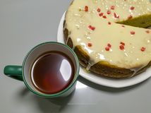 菠萝倒置型水果蛋糕和茶在白色木桌上的 顶视图 免版税图库摄影