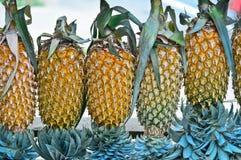 菠萝出售的果子显示在小街道上在Malwana 免版税库存图片