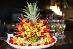菠萝和草莓 免版税图库摄影