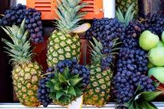 菠萝和黑色葡萄 免版税图库摄影