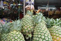 菠萝在市场上 免版税库存图片