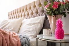 菠萝形状的蜡烛,有花的花瓶 免版税库存照片