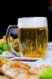 菠萝腰果与杯子的鸡肉菜肴啤酒 库存照片