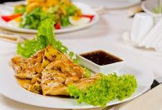 菠萝腰果在餐馆服务的鸡肉菜肴 免版税库存图片