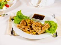 菠萝腰果在餐馆服务的鸡肉菜肴 免版税库存照片