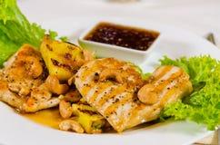 菠萝腰果在餐馆服务的鸡肉菜肴 库存图片
