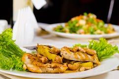 菠萝腰果在餐馆表上的鸡肉菜肴 免版税库存图片