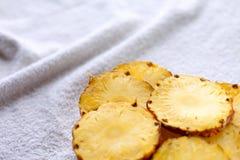 菠萝,在一块玻璃的橙汁与秸杆,新鲜的健康食物,菠萝切片 图库摄影