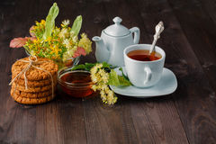 菩提树开花,草药,杯健康菩提树茶 免版税库存照片
