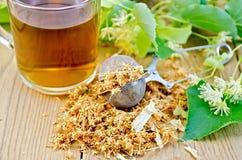 从菩提树的清凉茶在有杯子的一个滤茶器开花 免版税库存图片