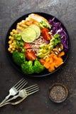 菩萨与鸡内圆角,糙米,鲕梨,胡椒,蕃茄,硬花甘蓝,红叶卷心菜,鸡豆,新鲜的莴苣沙拉, p的碗膳食 图库摄影