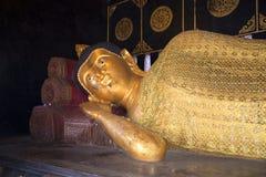 菩萨休眠 雕塑在其中一个清迈寺庙中  免版税库存图片