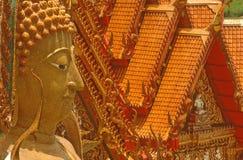菩萨和寺庙屋顶 库存照片