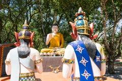 菩萨和他的门徒雕象在森林里 免版税库存图片