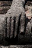 菩萨图象的老雕象手 免版税库存照片