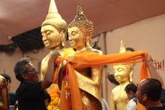 菩萨图象被覆盖的黄色长袍 库存图片