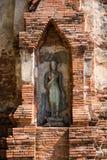 菩萨在一座古老塔在阿尤特拉利夫雷斯,泰国 库存照片