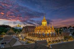菩萨在泰国的寺庙的手雕象 库存图片