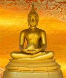 菩萨在金黄背景的金雕象仿造泰国。 免版税图库摄影