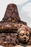 菩萨坐在stupa前面的石头sculpure 免版税图库摄影
