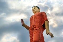 菩萨大雕象在城市上上升反对 免版税库存图片