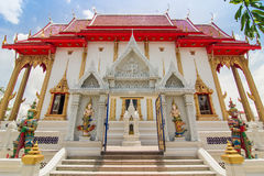 菩萨寺庙,有蓝天的红色屋顶 免版税库存图片