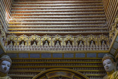 菩萨小雕象在寺庙里面的 图库摄影