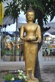 菩萨工作美丽的金雕象在Wat Pra Sri Mahatatu寺庙的在曼谷泰国 免版税库存图片
