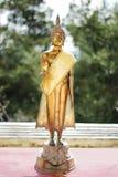 菩萨的小金黄雕象在sanny天 免版税库存照片