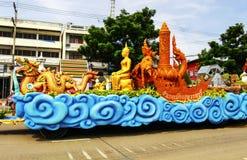 菩萨的点蜡烛的传统2017年7月9日的在SUPHANBURI,泰国 免版税库存图片