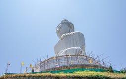 菩萨的石雕象蓝天背景的  库存图片