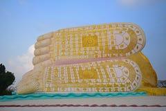 菩萨的脚反对蓝天背景的 免版税库存图片