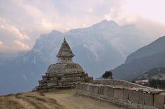 菩萨眼睛和玛尼墙壁在喜马拉雅山 免版税库存照片