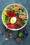 菩萨碗晚餐用煮沸的鸡蛋,鸡豆,新鲜的蕃茄,甜椒,黄瓜,皱叶甘蓝,红洋葱,绿色新芽 免版税图库摄影