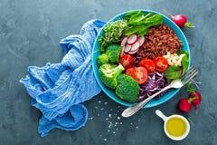 菩萨碗膳食用无头甘蓝、菠菜和唐莴苣叶子、糙米、蕃茄、硬花甘蓝、萝卜、新鲜的绿色新芽和松果 Hea 库存照片
